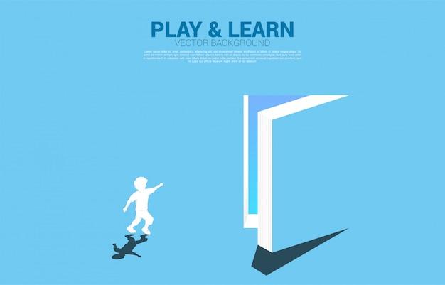 Silhouet van lopende jongen wijs naar deur van open boek. concept van onderwijsoplossing. wereld van kennis.