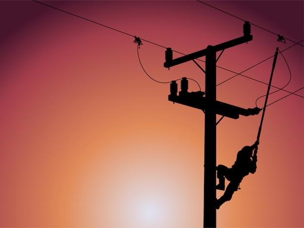 Silhouet van machtslijnwachter die een enige fasetransformator op geactiveerde elektrische hoogspanningslijnen sluit.