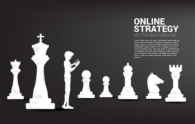 Silhouet van man met behulp van mobiele telefoon met schaken.