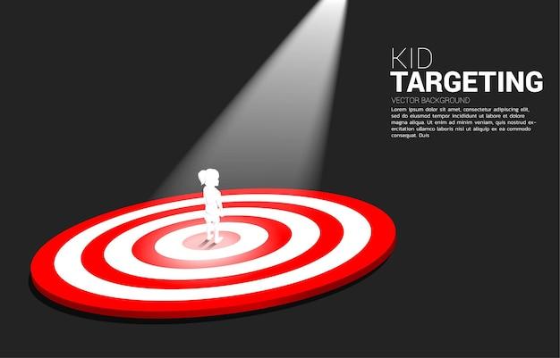 Silhouet van meisje dat zich op centrum van dartbord met vleklicht bevindt. zakelijke illustratie van kid marketing doel en klant.