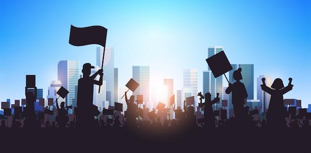 Silhouet van mensen menigte demonstranten houden protest posters mannen vrouwen met lege stem plakkaten demonstratie toespraak politieke vrijheid concept stadsgezicht achtergrond horizontaal portret