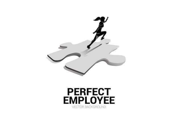 Silhouet van onderneemster die op puzzelstukje lopen. concept van perfecte werving. personeelszaken. zet de juiste man op de juiste baan.