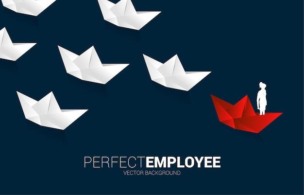 Silhouet van onderneemster op rood origamidocument schip dat het wit leidt