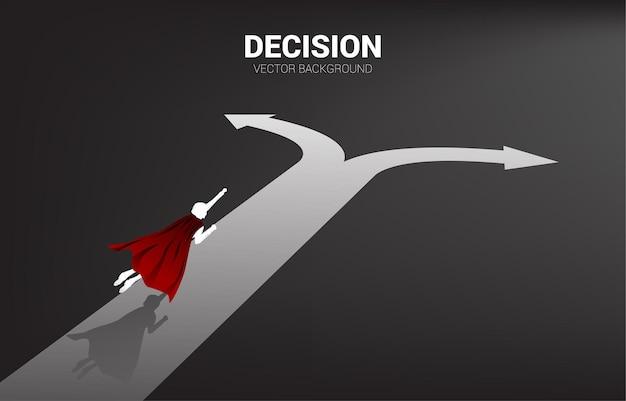 Silhouet van superheld vliegt naar kruispunt. concept van tijd om een beslissing te nemen in zakelijke richting.