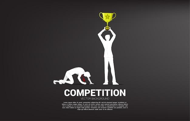 Silhouet van winnaar met trofee en verliezer op knie. bedrijfsconcept voor mensen in competitie