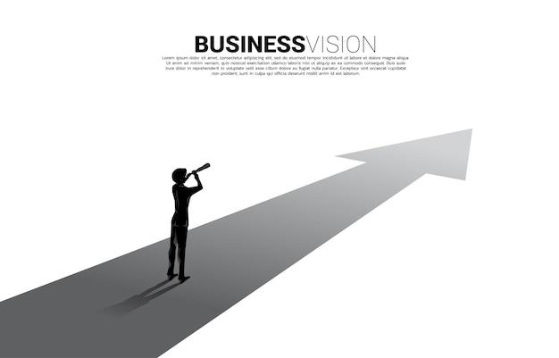 Silhouet van zakenman die door telescoop op voorwaartse pijl kijkt. bedrijfsconcept voor missie en het vinden van trend.