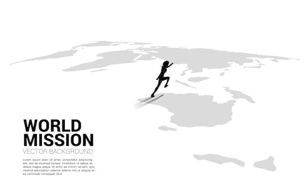 Silhouet van zakenman die op wereldkaart loopt. bedrijfsconcept van de missie van het werelddoel.