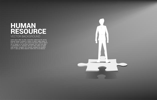 Silhouet van zakenman die zich op figuurzaagstuk bevindt.