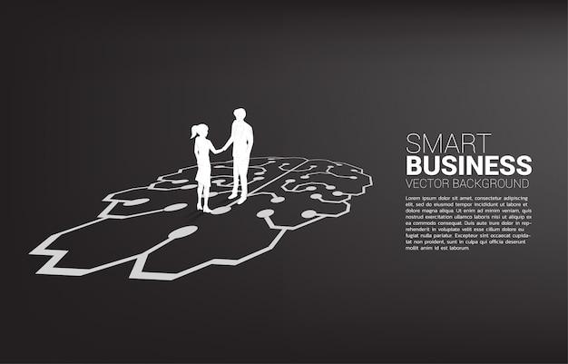 Silhouet van zakenman en onderneemsterhanddruk op grafische hersenen. concept van teamwork partnerschap en samenwerkingsstrategie.