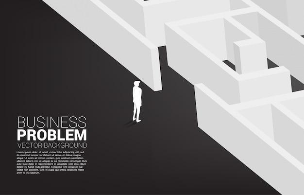 Silhouet van zakenman klaar om binnen te gaan om te labyrint