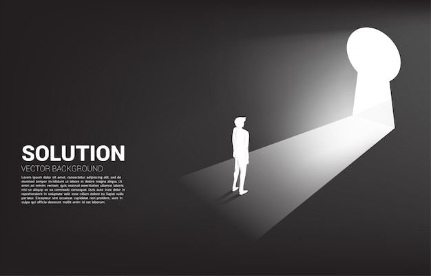 Silhouet van zakenman klaar om zich aan zeer belangrijke gatendeur te bewegen. vind de oplossingsconcept visie missie en bedrijfsdoelstelling