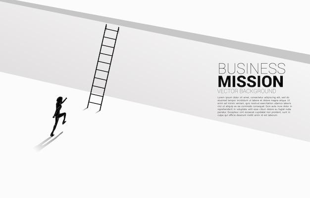 Silhouet van zakenman loopt om de muur met ladder over te steken.
