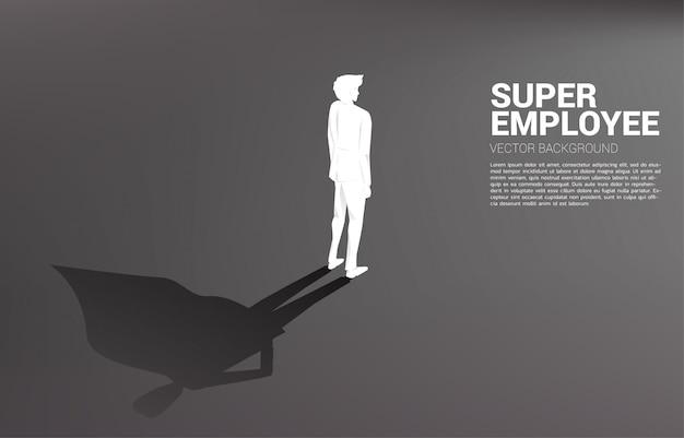 Silhouet van zakenman met werkmap en zijn schaduw van superheld