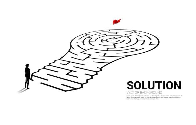 Silhouet van zakenman permanent met gloeilamp met van doolhofspel. bedrijfsconcept voor het oplossen van problemen en het vinden van idee.