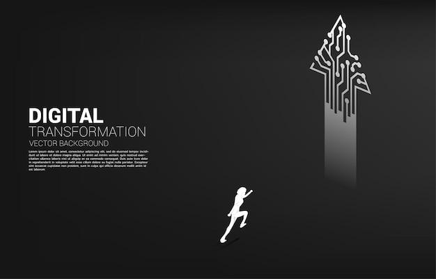 Silhouet van zakenman permanent naar pijl van punt verbinden lijncircuit. concept van digitale transformatie van het bedrijfsleven.