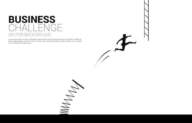 Silhouet van zakenman sprong naar ladder met springplank. concept visie missie en doel van zaken