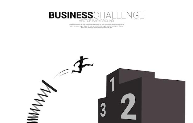 Silhouet van zakenman sprong naar top van kampioen podium met springplank