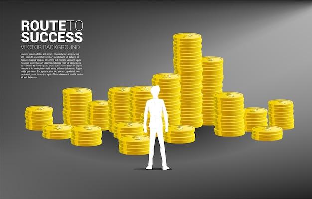Silhouet van zakenman stap vooruit naar stapel munten. concept succesinvestering en groei in zaken