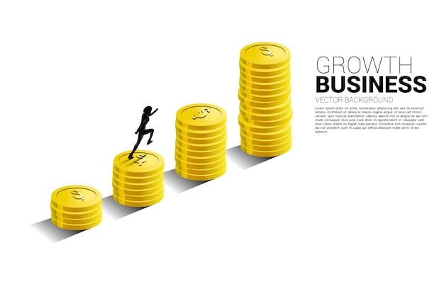 Silhouet van zakenman waarop de groeigrafiek met stapel muntstukken loopt.