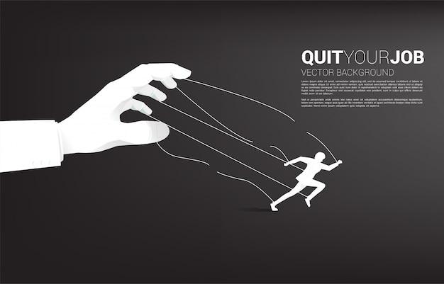 Silhouet van zakenman weglopen van grote baas handpop. concept voor werkstress, werkdruk en ontslag nemen