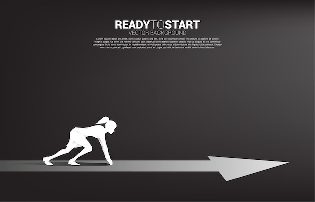 Silhouet van zakenvrouw klaar om vooruit te lopen met pijl. concept mensen klaar om carrière en zaken te beginnen