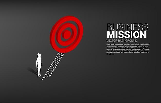 Silhouet van zakenvrouw met ladder om dartbord te richten. concept visiemissie en doel van zaken
