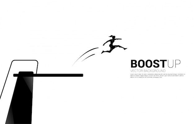 Silhouet van zakenvrouw springen hoger met springplank. concept van boost en groei in het bedrijfsleven.