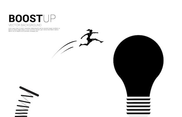 Silhouet van zakenvrouw springen naar gloeilamp met springplank. bedrijfsconcept van creatief idee en oplossing.