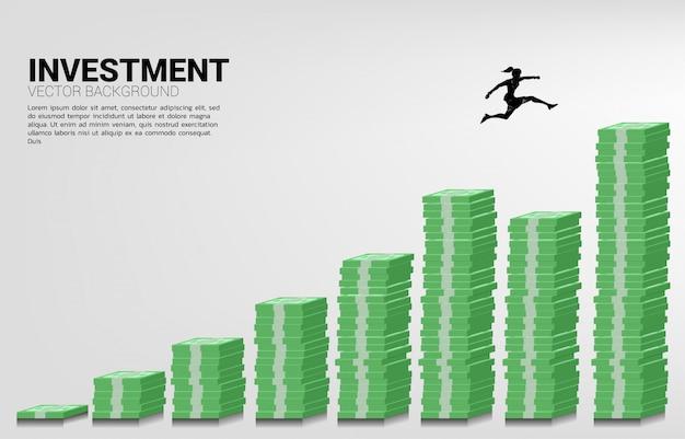 Silhouet van zakenvrouw springen naar hogere kolom met geld grafiek. concept van risico, succes en groei in het bedrijfsleven