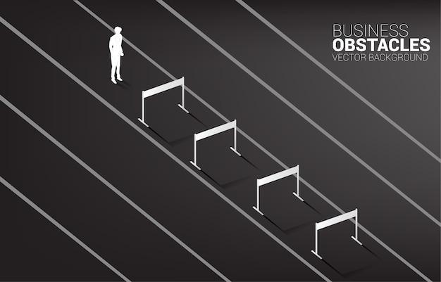 Silhouet zakenman permanent met hindernissen obstakel.