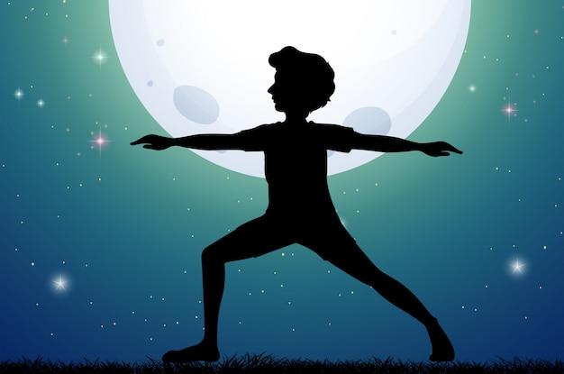 Silhouetmens die yoga op fullmoon nacht doen