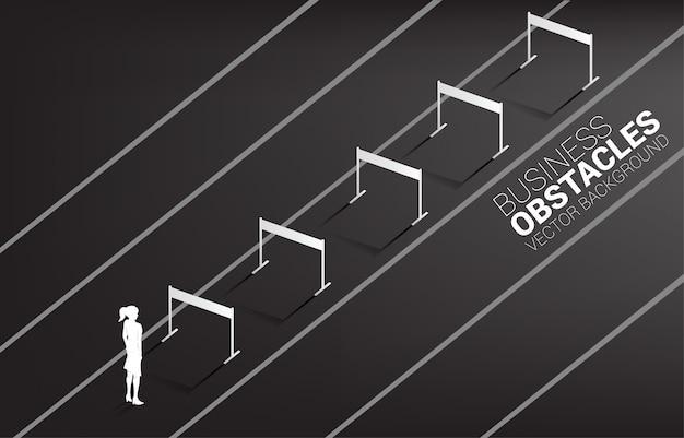 Silhouetonderneemster die zich met hindernissenhindernis bevinden. achtergrond concept voor obstakel en uitdaging in het bedrijfsleven