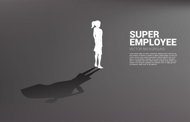Silhouettebusinesswoman en zijn schaduw van superheld. van potentieel en human resource management