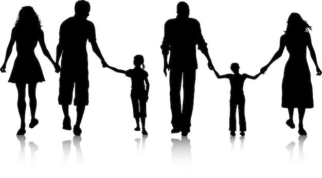 Silhouetten van twee gezinnen wandelen
