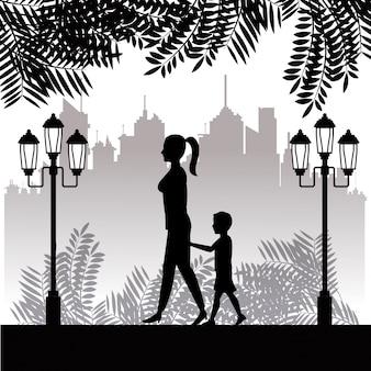 Silhouetvrouw en kind het lopen de achtergrond van de parkstad
