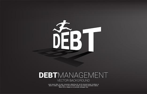 Silhouetzakenman die over schuld springen. concept voor schuldbeheer en uitdaging in zaken