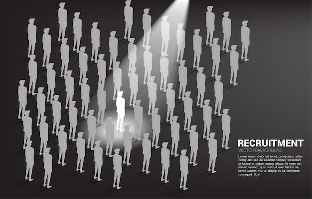 Silhouetzakenman in vleklicht in de menigte van mensen.