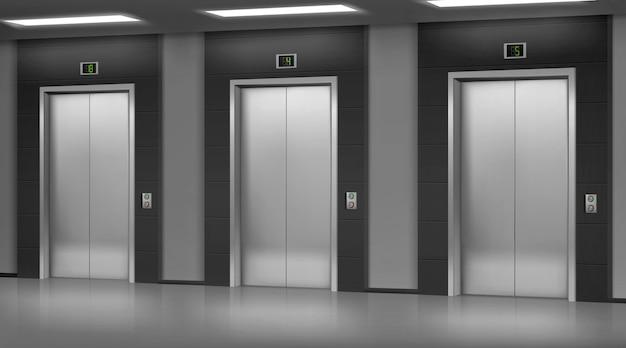Silwer stalen lift met gesloten deuren in gang