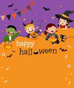 Sjabloon uitnodigingskaart voor halloween-feest met kinderen in halloween-kostuums in papierstijl.