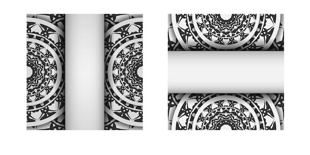 Sjabloon voor ansichtkaarten voor afdrukontwerp witte kleuren met zwarte mandala-patronen. vector voorbereiding van uw uitnodiging met een plaats voor uw tekst en griekse ornamenten.
