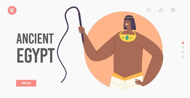 Sjabloon voor bestemmingspagina's uit het oude egypte. beheers met egyptisch kostuum met zweep in de hand bediening slavenpersonages die piramides bouwen in de giza-woestijn. beroemde monumentengeschiedenis. cartoon vectorillustratie