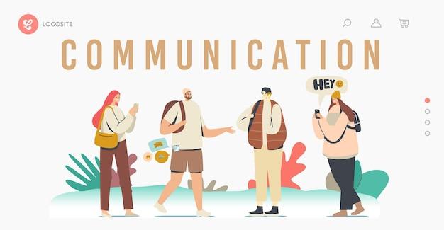 Sjabloon voor bestemmingspagina voor telefooncommunicatie. jonge mannen en vrouwen met mobiele smartphones, tienerpersonages die chatten, sms'en, nieuwsfeed lezen op sociale media. cartoon mensen vectorillustratie