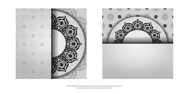 Sjabloon voor print ontwerp ansichtkaart in witte kleur met zwarte mandala sieraad. een uitnodiging voorbereiden met een plaats voor uw tekst en patronen.
