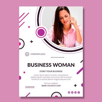 Sjabloon voor verticale folder voor zakenvrouw