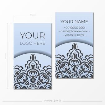 Sjabloon voor visitekaartjes in blauwe kleur met luxe zwarte ornamenten. drukklaar visitekaartjeontwerp met vintage patronen.