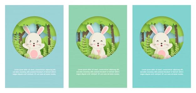 Sjabloon wenskaart met schattig konijn in het bos in papier gesneden stijl.