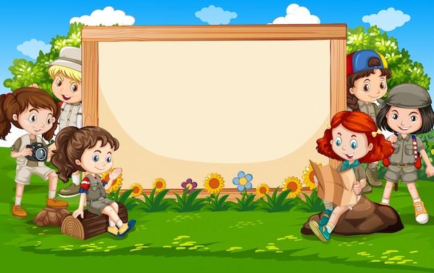 Sjabloonontwerp spandoek met kinderen in het park