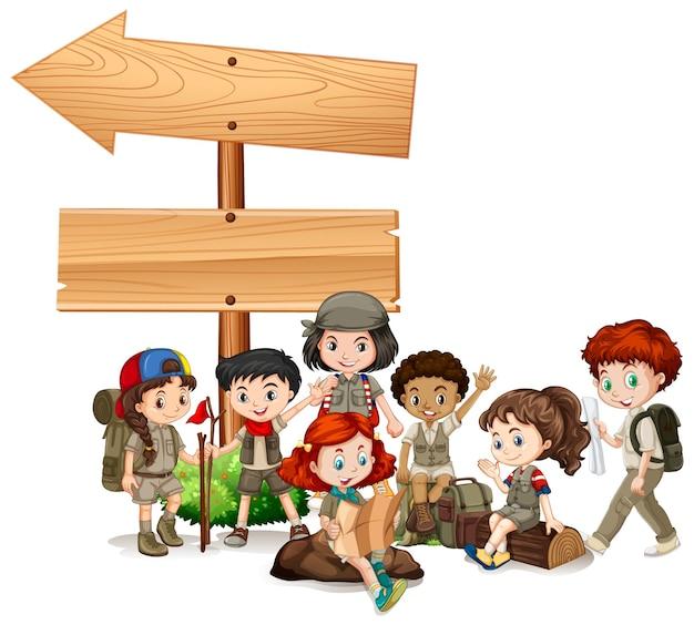 Sjabloonontwerp voor spandoek met kinderen en houten pijl
