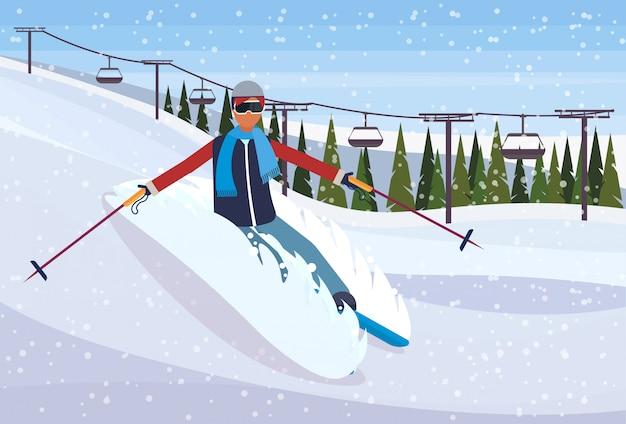 Skiër man glijdend van de berg