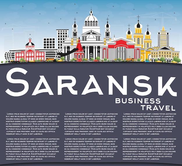 Skyline van de stad van saransk rusland met kleur gebouwen, blauwe lucht en kopie ruimte. vectorillustratie. zakelijk reizen en toerisme concept met moderne architectuur. saransk stadsgezicht met monumenten.